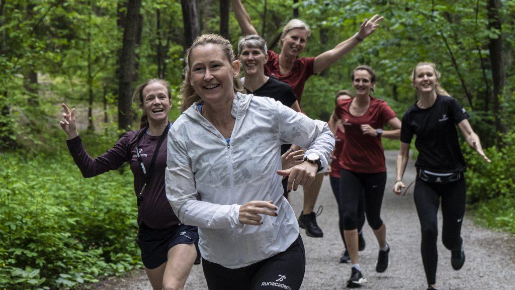 glada människor i löpargrupp