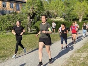 människor springer i grupp