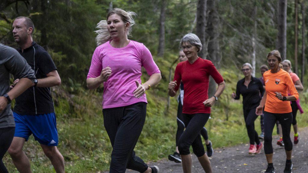kvinnor springer i grupp