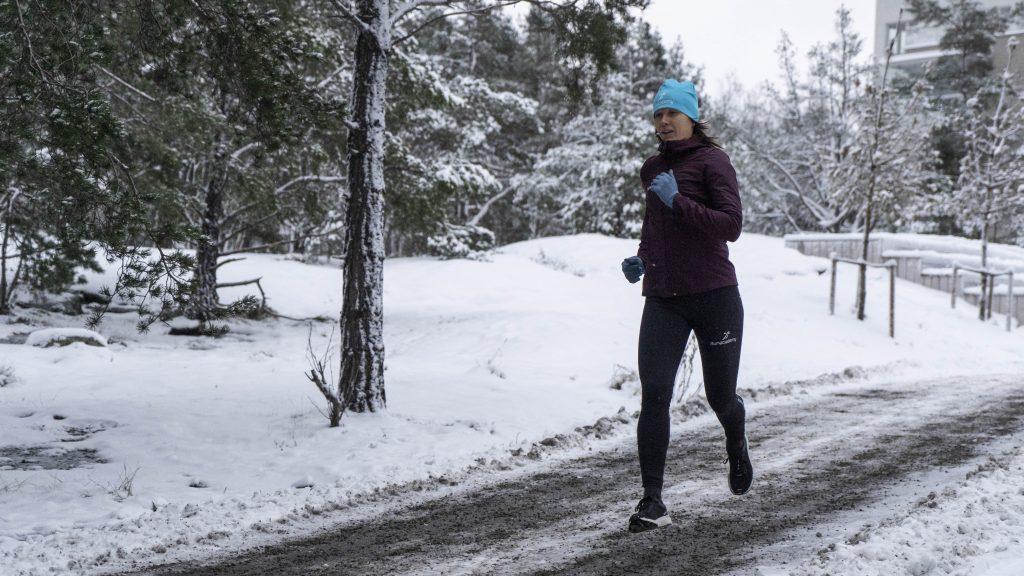 tjej springer i snön
