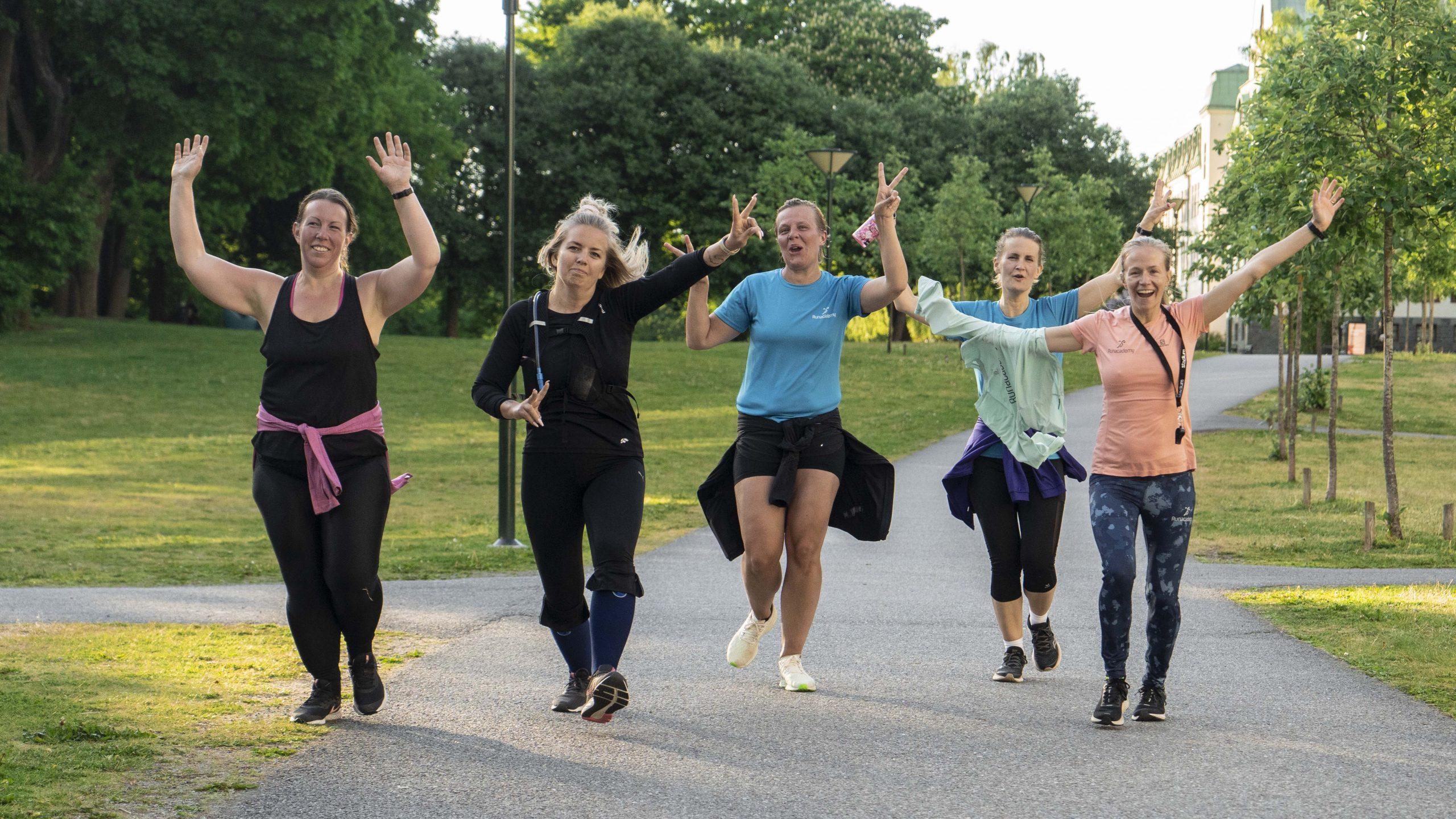 Glad löpare springer i grupp