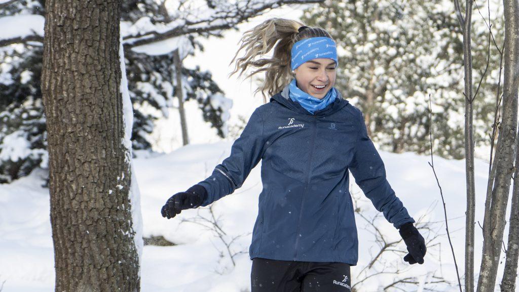 Tjej springer i vintern