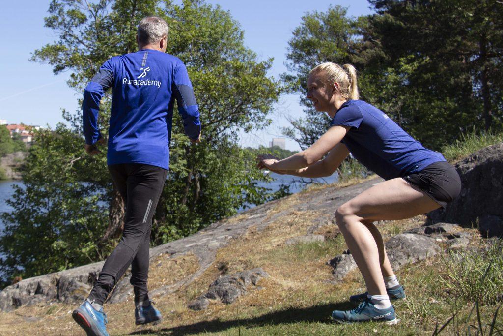 Två stycken tränar utomhus