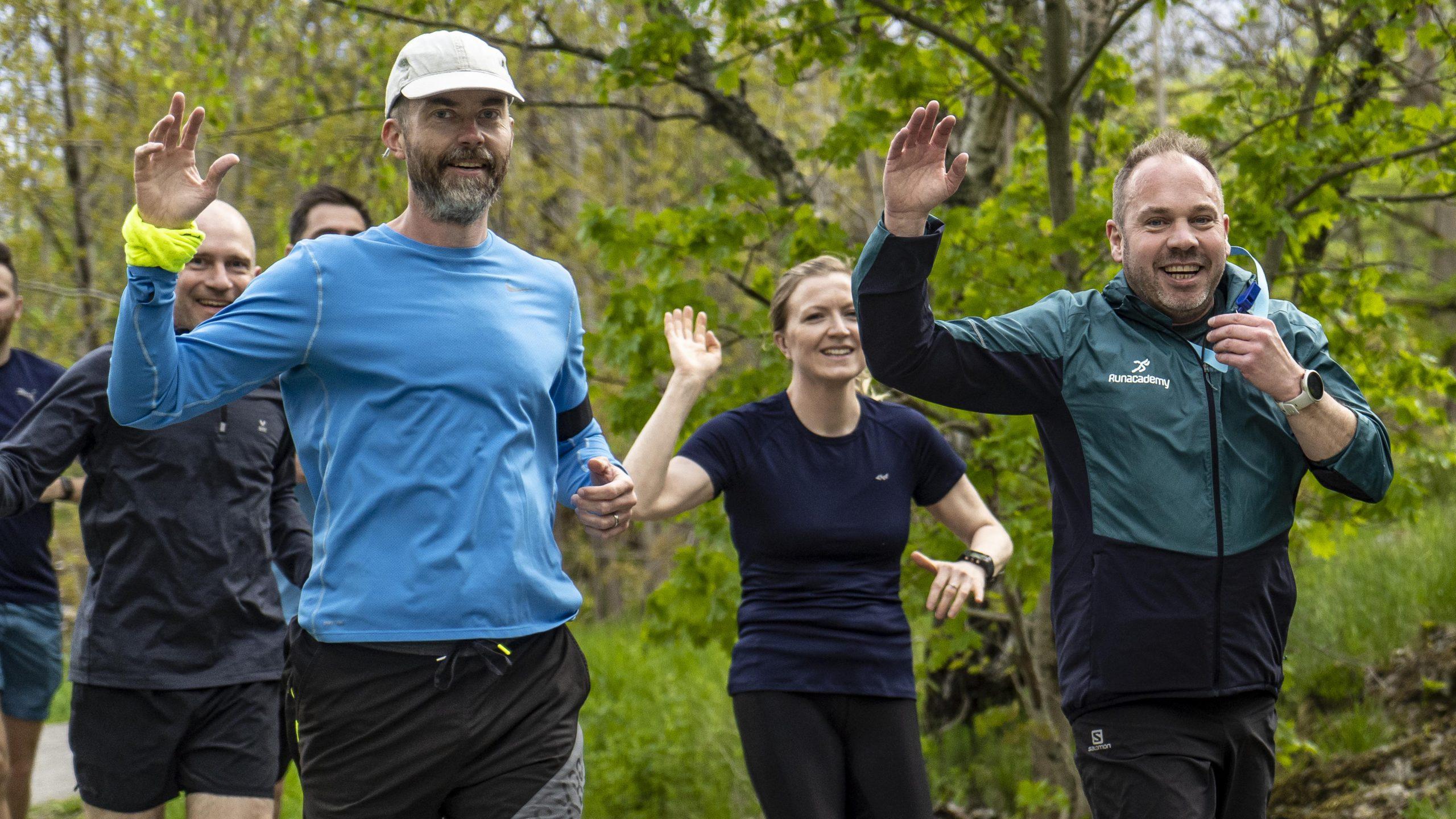 glada löpare i löpargrupp