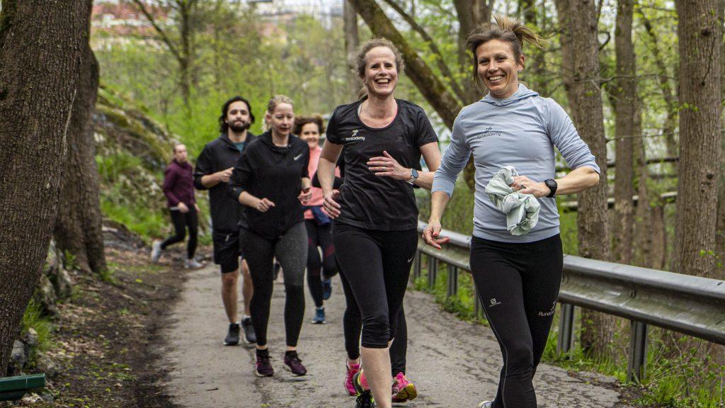 glada löpare i grupp